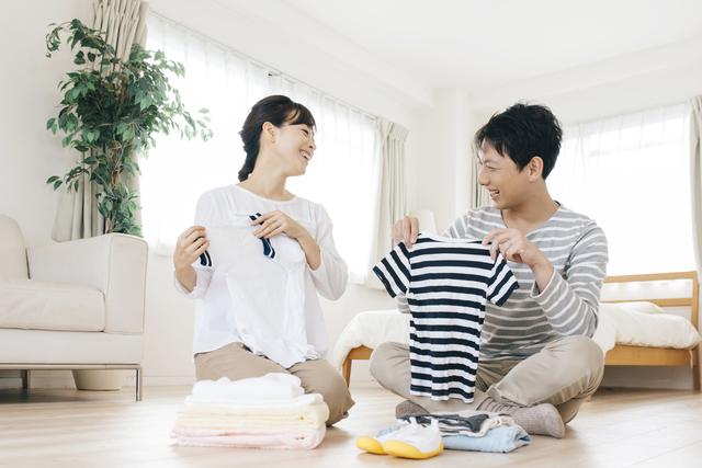 洗濯物を畳む夫婦