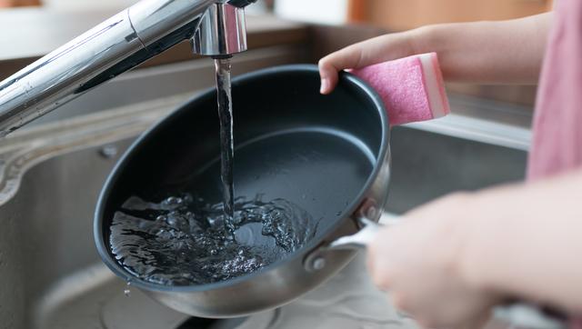 フライパンを洗う