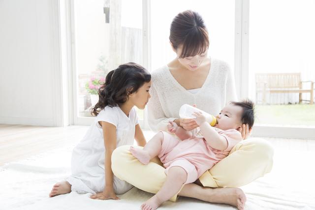 赤ちゃんにミルクをあげる