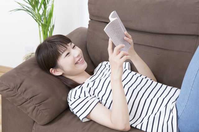 寝転んで本を読む