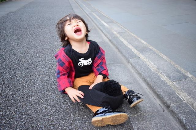 道端で泣く子ども