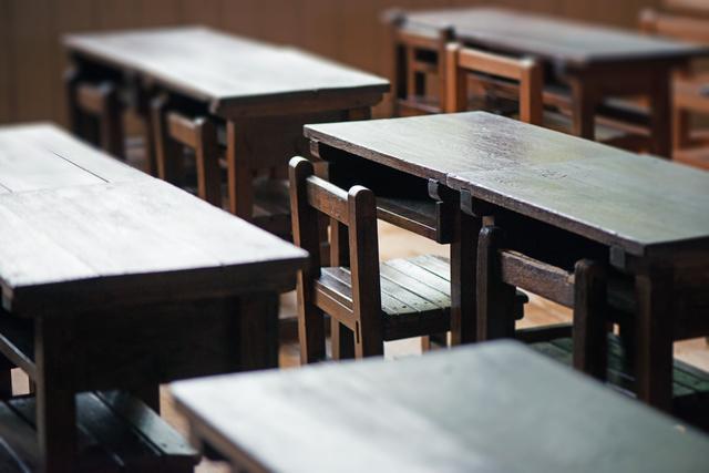 木製の机と椅子