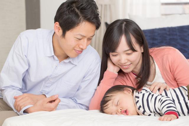 赤ちゃんを寝かしつける両親