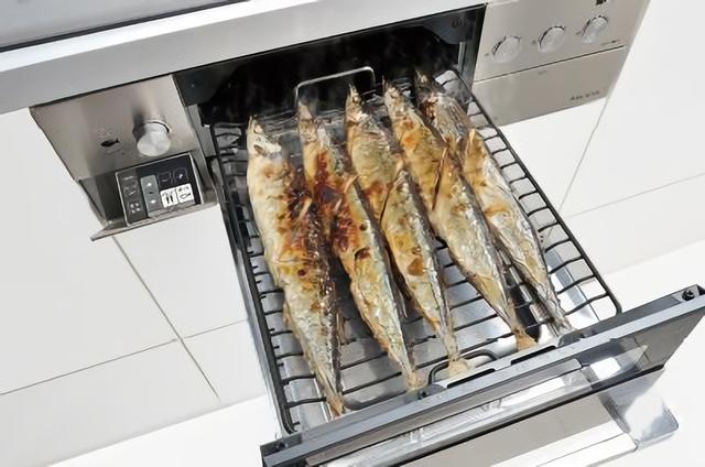 グリルで魚を焼く