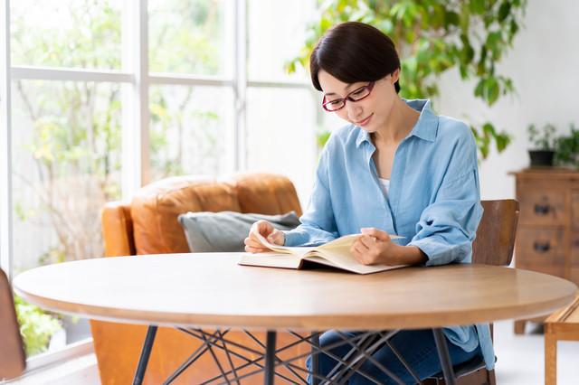 専門書を読む母親のイメージ