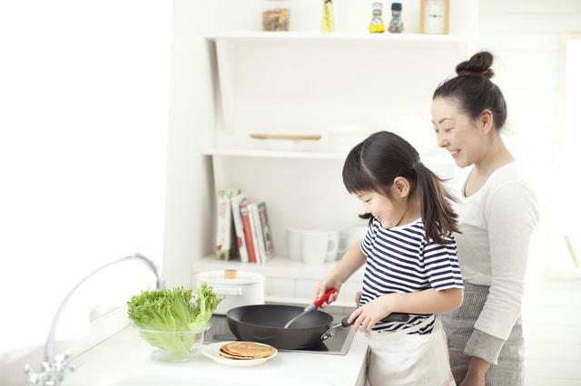 親子で調理を楽しむ様子
