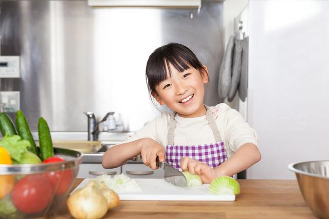 野菜を切る女の子