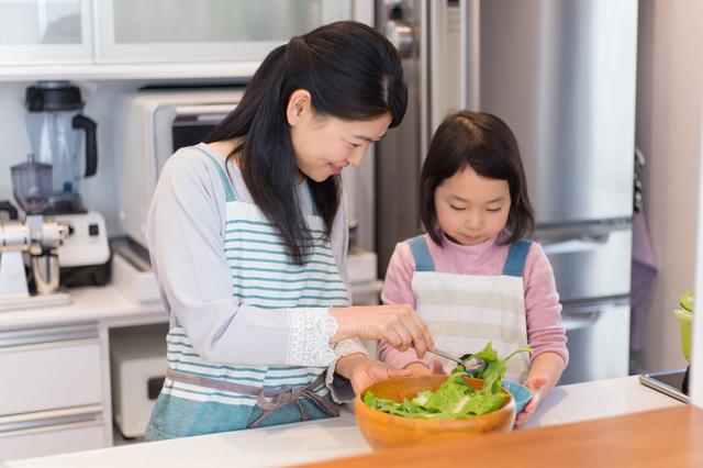 親子で料理を楽しむ様子