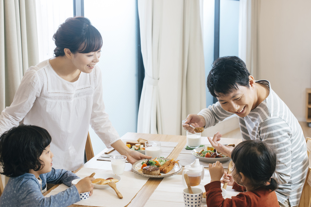 家族で食事を楽しむ様子