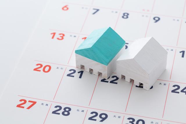 カレンダーとミニチュアの家